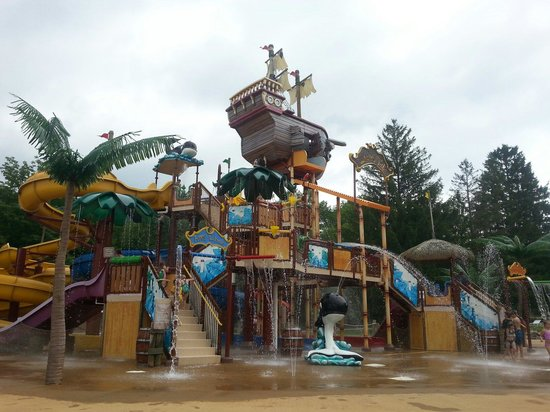 Whales Tale Waterpark : Watch out for the boat! You might get wet!