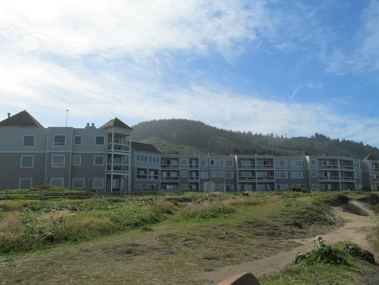 Overleaf Lodge & Spa: view of hotel from shoreline