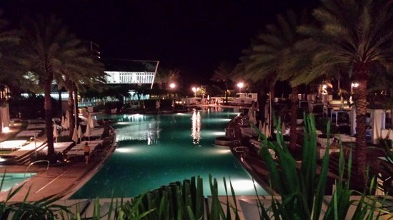 Fontainebleau Miami Beach : Pool at night
