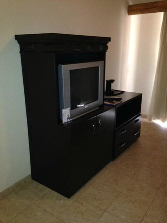 Tesoro Los Cabos: tv and mini fridge
