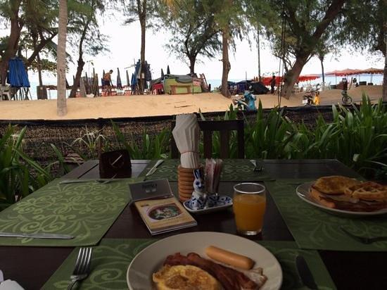 Rabbit Resort: delicious breakfast beside the beach