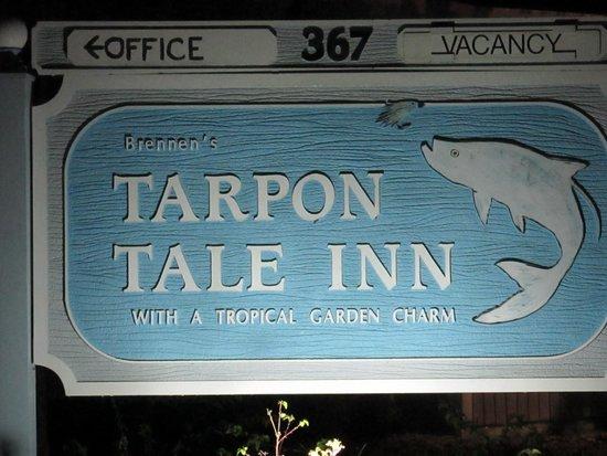 Tarpon Tale Inn: Lit at Night