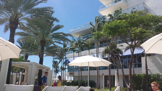 Fontainebleau Miami Beach: Pool area