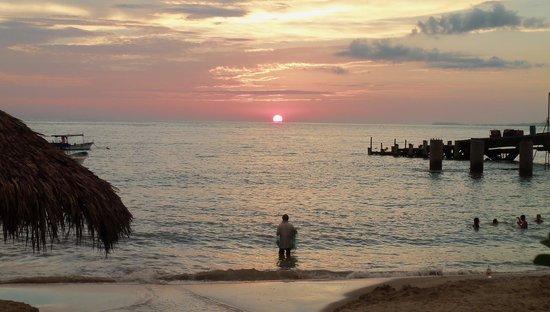 Blue Chairs Beach Club Restaurant & Bar: amazing sunset