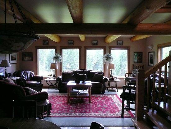 Kicking Horse Canyon B&B : Living room - note the beautiful log features