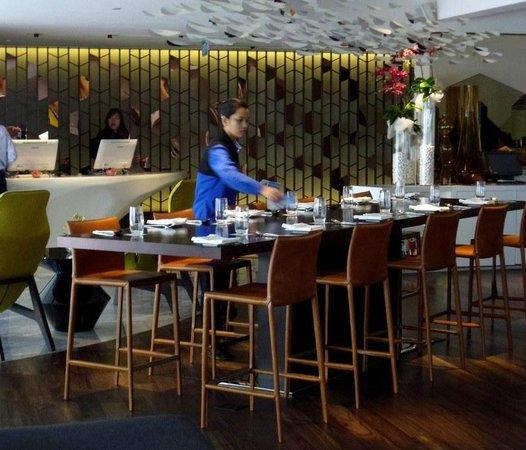 Naumi Hotel: Lobby restaurant area