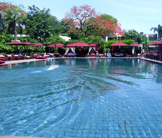 The Sukhothai Bangkok: Peaceful pool, always plenty of comfortable sun beds available