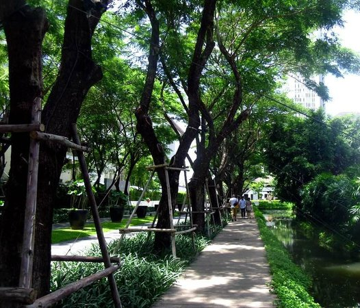 The Sukhothai Bangkok : Driveway entrance - away from the bustle outside