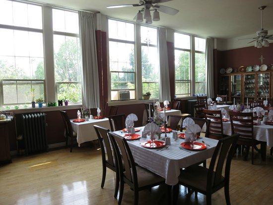 Northside School Bed and Breakfast : Natural light bathes dining room
