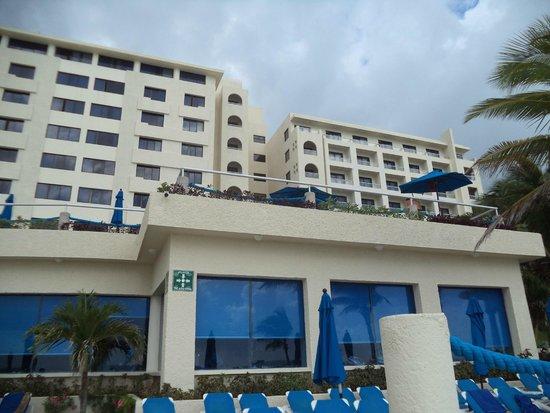 Barceló Tucancun Beach: vista desde la playa de las 2 de 3 torres de habitaciones
