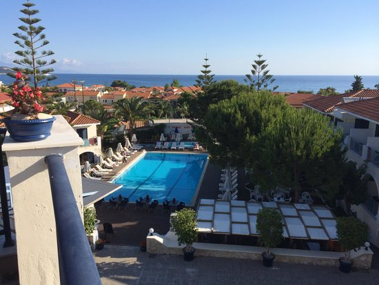 Contessa Hotel: View of the pool from the terrace
