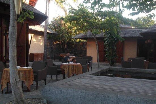 Maradiva Villas Resort and Spa : Breakfast tables