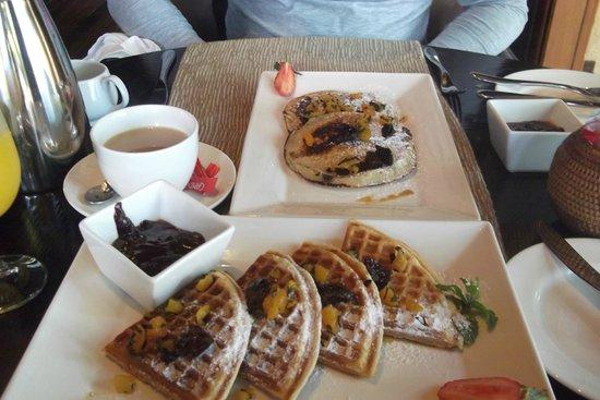 Maradiva Villas Resort and Spa: Enjoying waffles and pan cakes