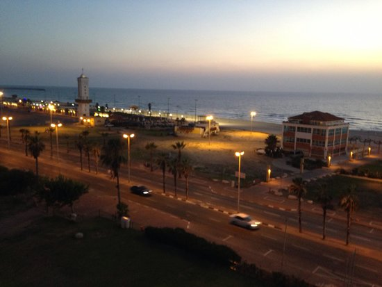 West Boutique Hotel Ashdod: Midnight in front of the West Hotel