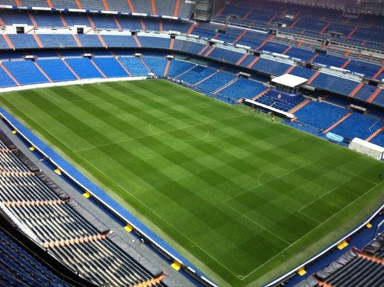Santiago-Bernabéu-Stadion: the field