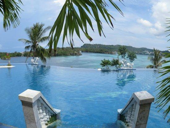 Lingganay Boracay Hotel Resort: бассейн с морской водой