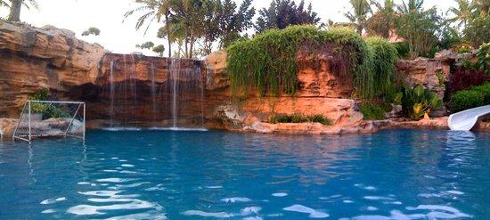 Le Meridien Bali Jimbaran: relax poolside