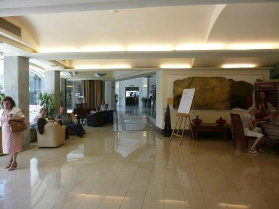 Dolmen Hotel Malta: Hotelhalle mit Blick zum Speisesaal
