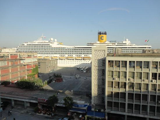 Nidya Hotel Galataport: Cruise Liner in front of the hotel