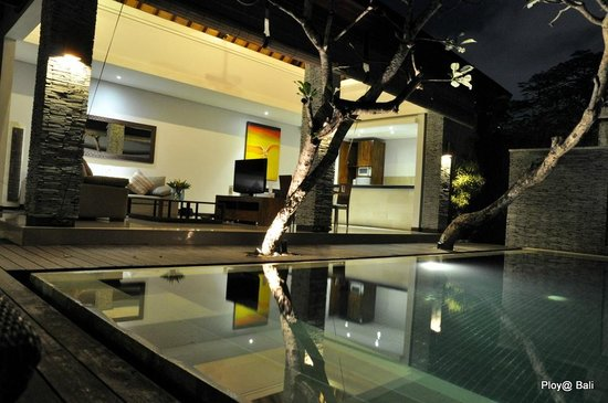 The Wolas Villas & Spa : pool and living area at night