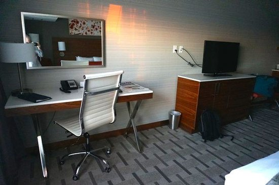 Radisson Hotel & Conference Centre Calgary Airport: Desk and TV