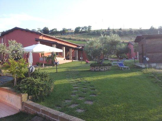 Agriturismo Il Borgo Degli Ulivi: vista sul giardino interno