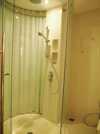 Centara Watergate Pavillion Hotel Bangkok: Toilet shots
