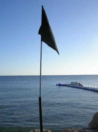Tiran Island Hotel: Море закрыто
