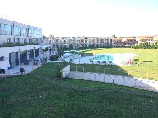 Allegroitalia Pisa Tower Plaza : Una piscina di 15 m circondata da un prato infinito Non si poteva far più grande?