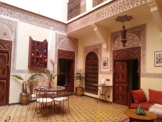 Riad Amiris: Patio interior desde uno de los sillones
