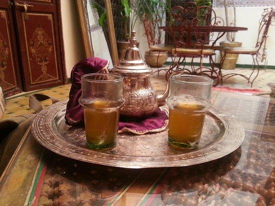 Riad Amiris: El te de bienvenida en el patio