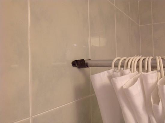 Hotel Casa Emilio: cortina de baño y sus soportes