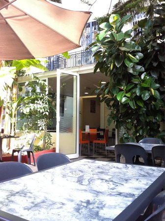 "Auberge de Jeunesse ""Les Camelias"": Terasse table with view towards inside"