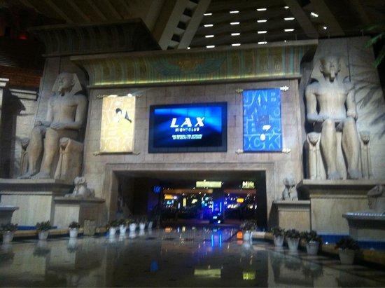 Luxor Las Vegas: Lobby heading into the casino