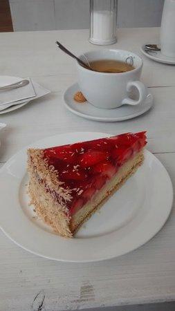 Schulauer Fährhaus und Willkomm-Höft: Delightful strawberry cake