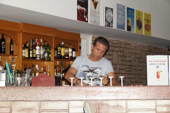 Marmari, Grecia: Хозяин отеля Христос за стойкой летнего бара
