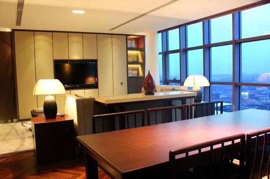 Jumeirah Himalayas Hotel Shanghai : Infinity suite living room