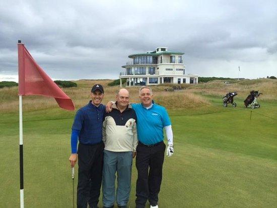 Castle Stuart Golf: 9th Green - Happy Golfers