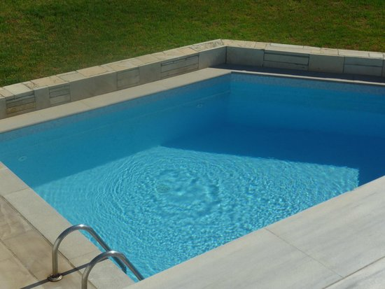 The Island Hotel : swim up to  pool