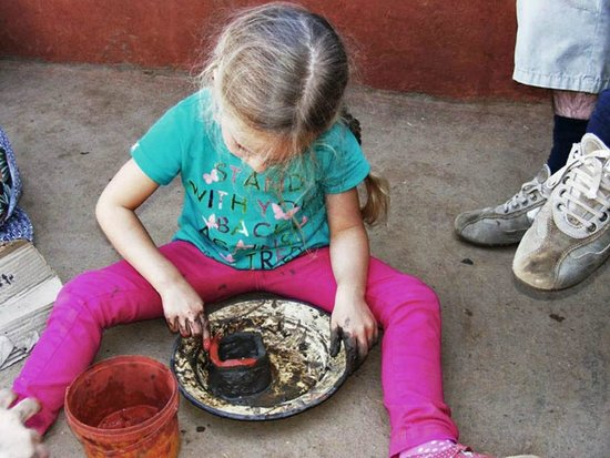Madi a Thavha Mountain Lodge: Pottery workshop during one of our tours