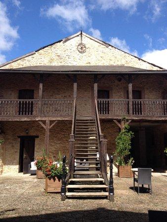 Domaine de Vareilles : La cour et l'escalier extérieur qui mène aux chambres