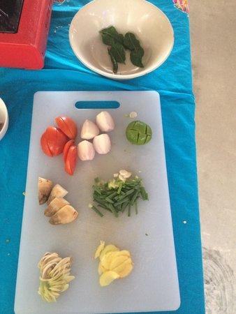 The Kitchen Restaurant Kata Beach & Thai Cooking Class: La soupe: préparation