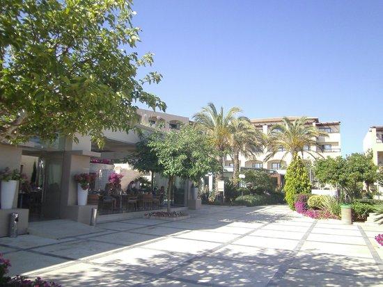 Minoa Palace Resort & Spa: Hotel & main dining room
