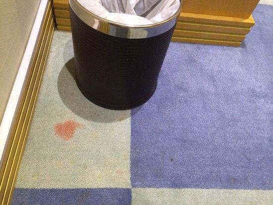 Raintree Hotel, Deira City Centre: Carpet dirty
