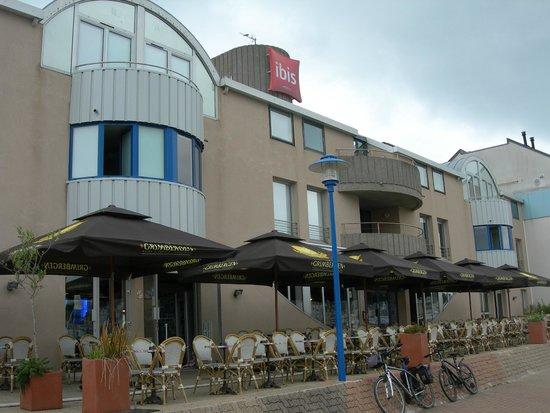 Hotel ibis Granville Port de Plaisance: L'Hôtel vu du quai