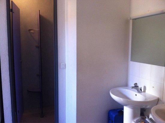 "Auberge de Jeunesse ""Les Camelias"": Shower and sink in the dorm"