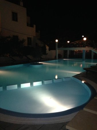 Veggera Hotel: Pool at night