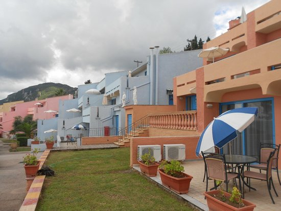 Costa Blu Hotel & Suites: территория отеля выглядит как Санторини, отличный вид из номера на море и очень много зелени вок