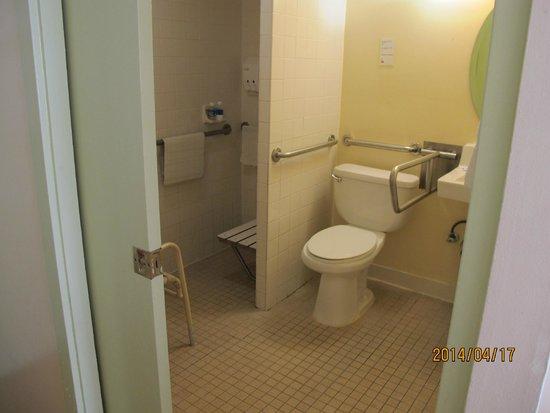 Waikiki Sand Villa Hotel: ADA Room