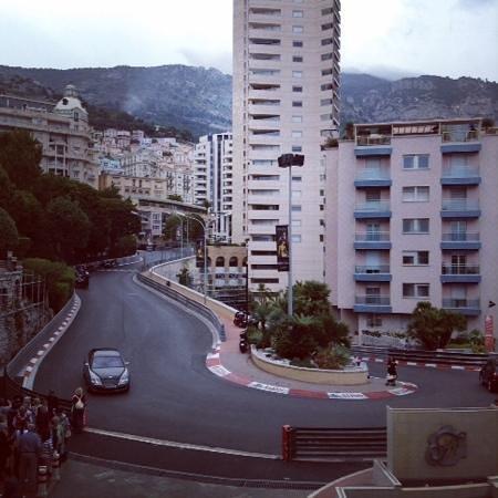 Fairmont Monte Carlo : ヘアピンカーブの見える部屋からの風景。真ん前!